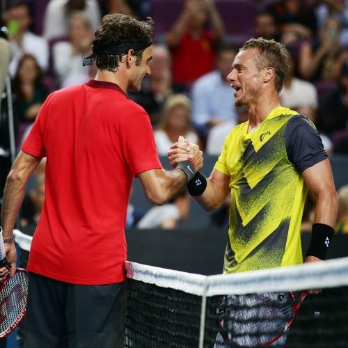 Roger Federer et Lleyton Hewitt lors de l'exhibition du tennis